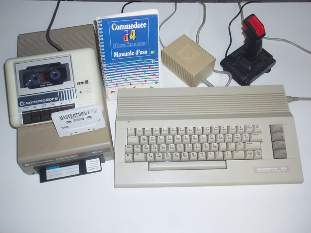 Un Commodore 64 completo di vari accessori